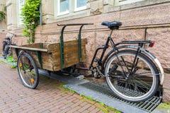 Деревянная ручная тележка построенная на рамке велосипеда для транспортировать товары через Амстердам Стоковые Изображения RF