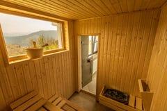 Деревянная сауна с местами Интерьер аксессуаров спа сауны стоковые изображения rf