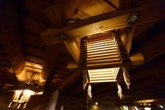 Деревянная светлая люстра на потолке Латвии стоковые изображения rf