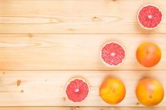 Деревянная светлая предпосылка с зрелыми грейпфрутами, и 3 стоковые изображения