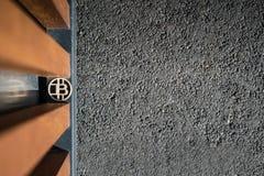 Деревянная сдержанная монетка со стальными и деревянными компонентами стоковое изображение