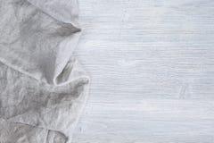 Деревянная серая предпосылка с салфеткой Стоковые Фото