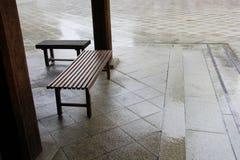 Деревянная скамья в виске Японии Стоковые Изображения RF