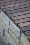 Деревянная скамья в каменной стене Стоковые Фото