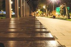 Деревянная скамья в перспективе от баров на улице, оформлении искусства стоковая фотография rf