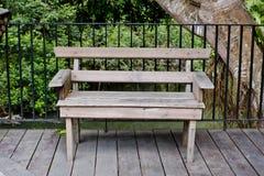 Деревянная скамья в террасе с зеленым древесным представлением Стоковая Фотография