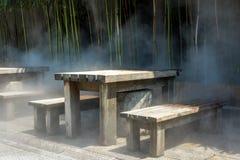 Деревянная скамья в тумане стоковая фотография rf
