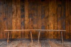Деревянная скамья и стена древесины grunge Стоковая Фотография