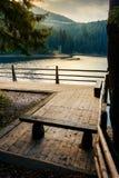Деревянная скамья на пристани озера Synevyr стоковая фотография