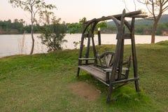 Деревянная скамья на стороне озера, Таиланда Стоковое Фото