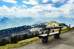 Деревянная скамья на Rigi Kulm Luzern Швейцарии с взглядом ландшафта Стоковые Изображения