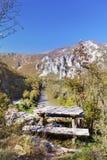 Деревянная скамья обозревает гору Rodopite и реку iskur Стоковые Фото