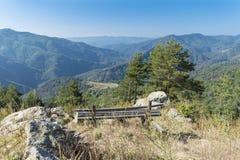 Деревянная скамья обозревает гору Rodopite Стоковое Фото