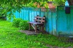 Деревянная скамья около загородки Стоковое Изображение RF