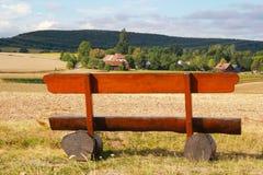 Деревянная скамья перед широким ландшафтом лета Стоковые Фотографии RF