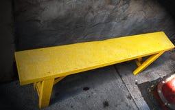 Деревянная скамья покрашенная желтым цветом стоковая фотография rf