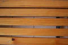 Деревянная скамья покрытая с политурой текстурировано Стоковые Изображения RF