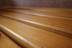 Деревянная скамья покрытая с политурой текстурировано Стоковое фото RF