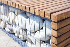 Деревянная скамья с естественными камнями используемыми как декоративные элементы стоковые изображения rf