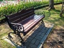 Деревянная скамья темного коричневого цвета Стоковое фото RF