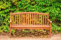 Деревянная скамья стоковая фотография