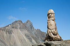 Деревянная скульптура Викинга и скалистый пик Стоковое Изображение RF