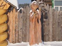 Деревянная скульптура девушки с длинной оплеткой Стоковая Фотография RF