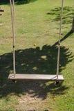 Деревянная смертная казнь через повешение качания от большого дерева с солнечным светом в саде Стоковые Фотографии RF