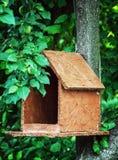 Деревянная смертная казнь через повешение дома птицы на дереве Стоковое Фото
