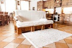 Деревянная софа стоя в живущей комнате в стиле страны Стоковые Изображения RF