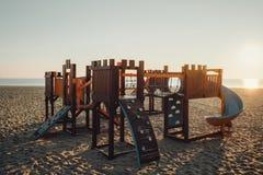 Деревянная спортивная площадка для малых детей на пляже в солнечном morni Стоковые Изображения RF