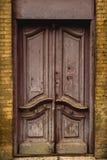 Деревянная старая итальянская дверь в историческом центре старая зодчества европейская Двукратная деревянная высекаенная дверь Ви Стоковые Изображения RF