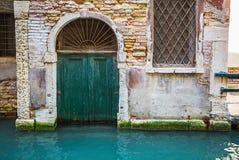 Деревянная старая итальянская дверь Стоковая Фотография