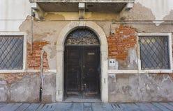 Деревянная старая итальянская дверь Стоковое Изображение