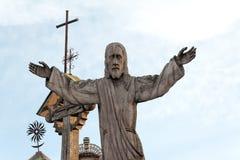 Деревянная статуя холма Литвы Иисуса Христоса крестов, около города Siauliai Стоковые Изображения RF