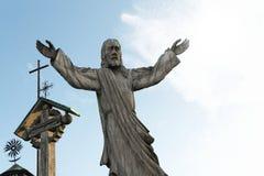 Деревянная статуя холма Литвы Иисуса Христоса крестов, около города Siauliai Стоковая Фотография