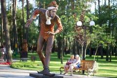 Деревянная статуя шутника в парке города Стоковое Изображение