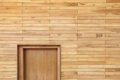 Деревянная стена путем штабелировать или аранжирует деревянных частей и ровной поверхности Стоковая Фотография RF