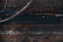 Деревянная стена со старой стеной доск со старым покрытым снег branche предпосылки виноградин Открытый космос для текста стоковые фото