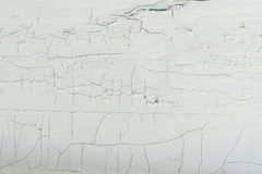 Деревянная стена с белой краской строго выдержана и шелушение Стоковое фото RF