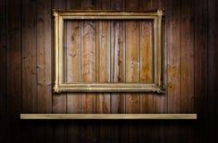 Деревянная стена с полкой и рамкой Стоковое Изображение RF