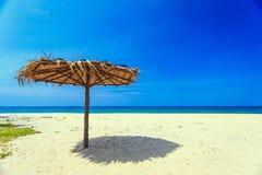 Деревянная стойка зонтика солнца на белом пляже Стоковая Фотография RF