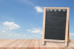 Деревянная столешница на голубом небе с пустым классн классным Стоковое Изображение