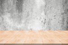 Деревянная столешница на запачканной предпосылке от бетонной стены, космоса f стоковое изображение