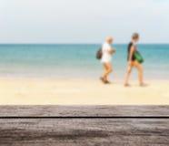 Деревянная столешница на запачканных голубых море и пляже с белым песком стоковые изображения rf