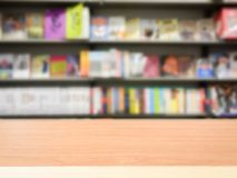 Деревянная столешница на книжных полках нерезкости Стоковые Фотографии RF
