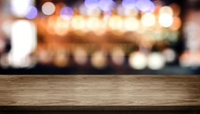 Деревянная столешница со счетчиком бара ночного клуба нерезкости со светом bokeh стоковое фото rf