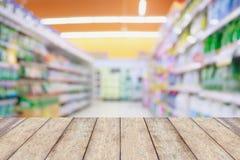 Деревянная столешница с предпосылкой нерезкости междурядья супермаркета Стоковая Фотография