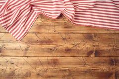Деревянная столешница с striped скатертью для кухни или варить предпосылку еды стоковые фотографии rf