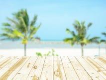 Деревянная столешница на предпосылках пляжа моря расплывчатых Стоковое Изображение